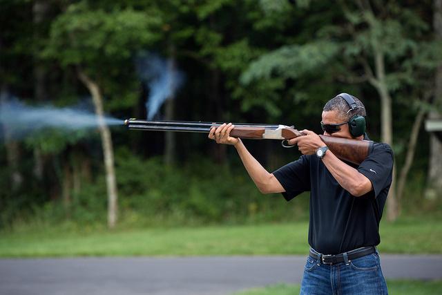 A Fehér Ház 2013. február 2-án nyilvánosságra hozott fotóján Barack Obama látható, ahogy a Camp David-i elnöki nyaraló kertjében agyaggalambra lő. A kép 2012. augusztus 4-én készült.