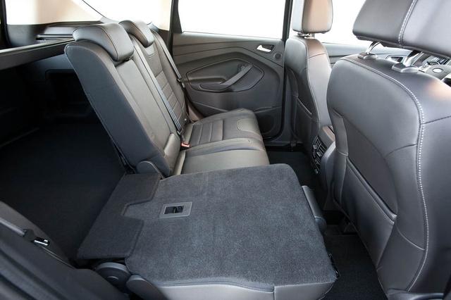 Egy mozdulattal dönthetők-emelhetők a hátsó ülések