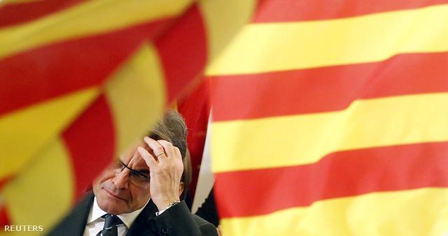 Artur Mas katalán zászlók között