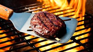 Ilyen a klasszikus marhaburger, ami grillen készítve, kalácsszeletek között is finom