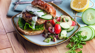 Csirkeburger kapros-joghurtos szósszal – itt a grillszezon, adj neki egy kis füstös aromát!
