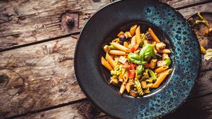 Olasz grillzöldségsaláta balzsamecettel és parmezánnal – hidegen még finomabb