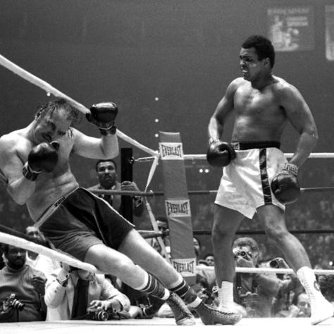 Chuck Wepner sokáig jól bírta Ali ellen, aki az utolsó menetben végül kíméletlenül lesújtott