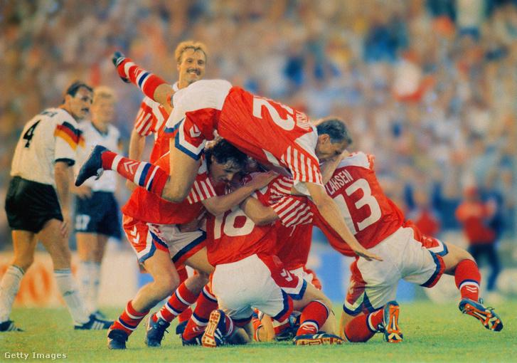 A dán Kim Vilfortot csapattársai leteperik, miután megszerezte a második és egyben győztes gólt az UEFA Dánia - Németország 1992-es Eb-döntőjén, amelyet az Ullevi Stadionban rendeztek 1992. június 26-án, Svédországban