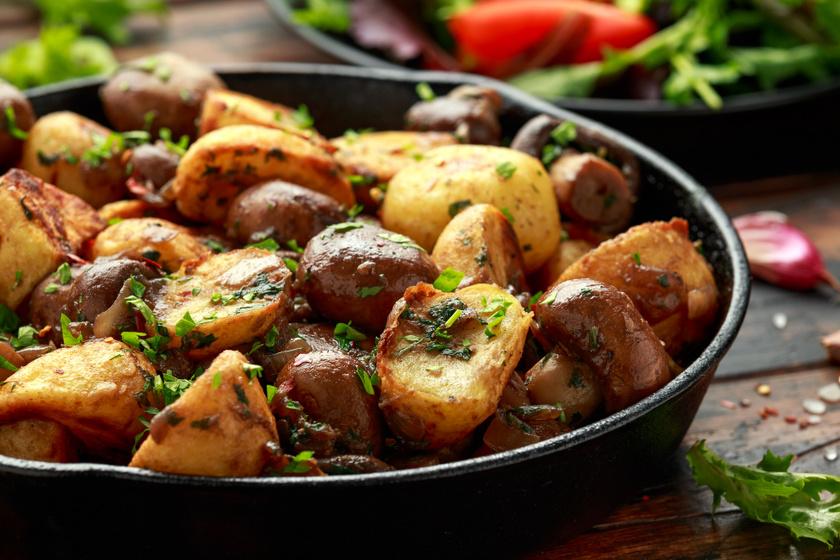 Gombás, zöldfűszeres újkrumpli ropogósra sütve: tökéletes köret sültek mellé