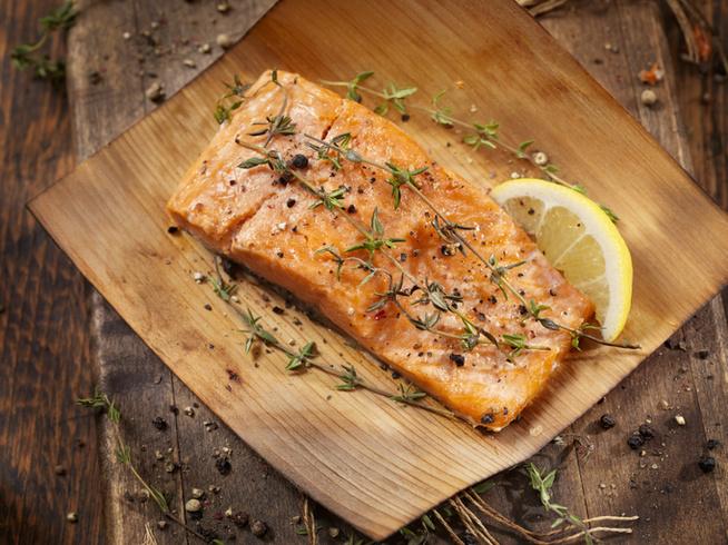 Grillezett barackból és rukkolából készíts mellé salátát egy kevés mézzel és olívaolajjal a tetején.