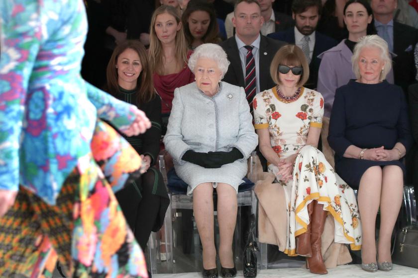 Erzsébet királynő, Anna Wintour és Angela Kelly egy divatbemutatón.