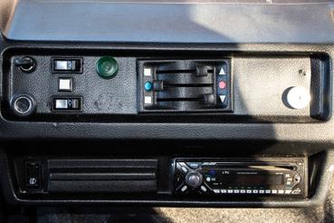 Kicsit kirí a modern rádió, de ezt dobta a gép. Menet közben olyan 70-es hangerőn lehet hallani.