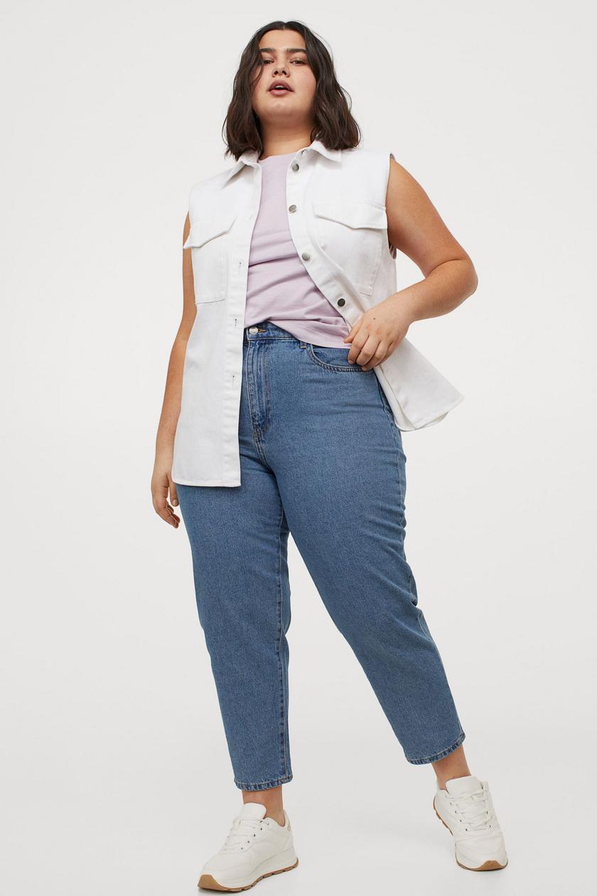 A H&M anyukafarmerja nem túl szűk, mégsem fedi el az alakot. Kényelmes, divatos, az ára pedig 5995 forint.