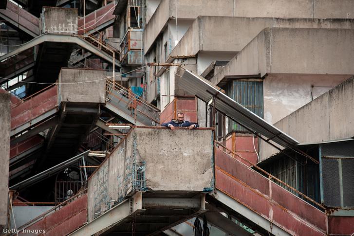 Lakos az egyik Sails épületben 2019. május 13-án, Scampia városrészben, Nápolyban