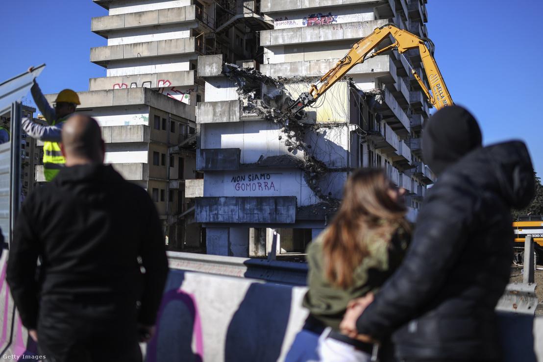Emberek nézik, ahogy megkezdődik a Vela Verde épület bontása Scampia városrészben, Nápolyban 2020 február 20-án