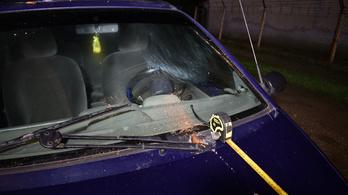 A részeg borsodi sofőr belehajtott egy ház kapujába, válaszul hozzávágtak egy téglát