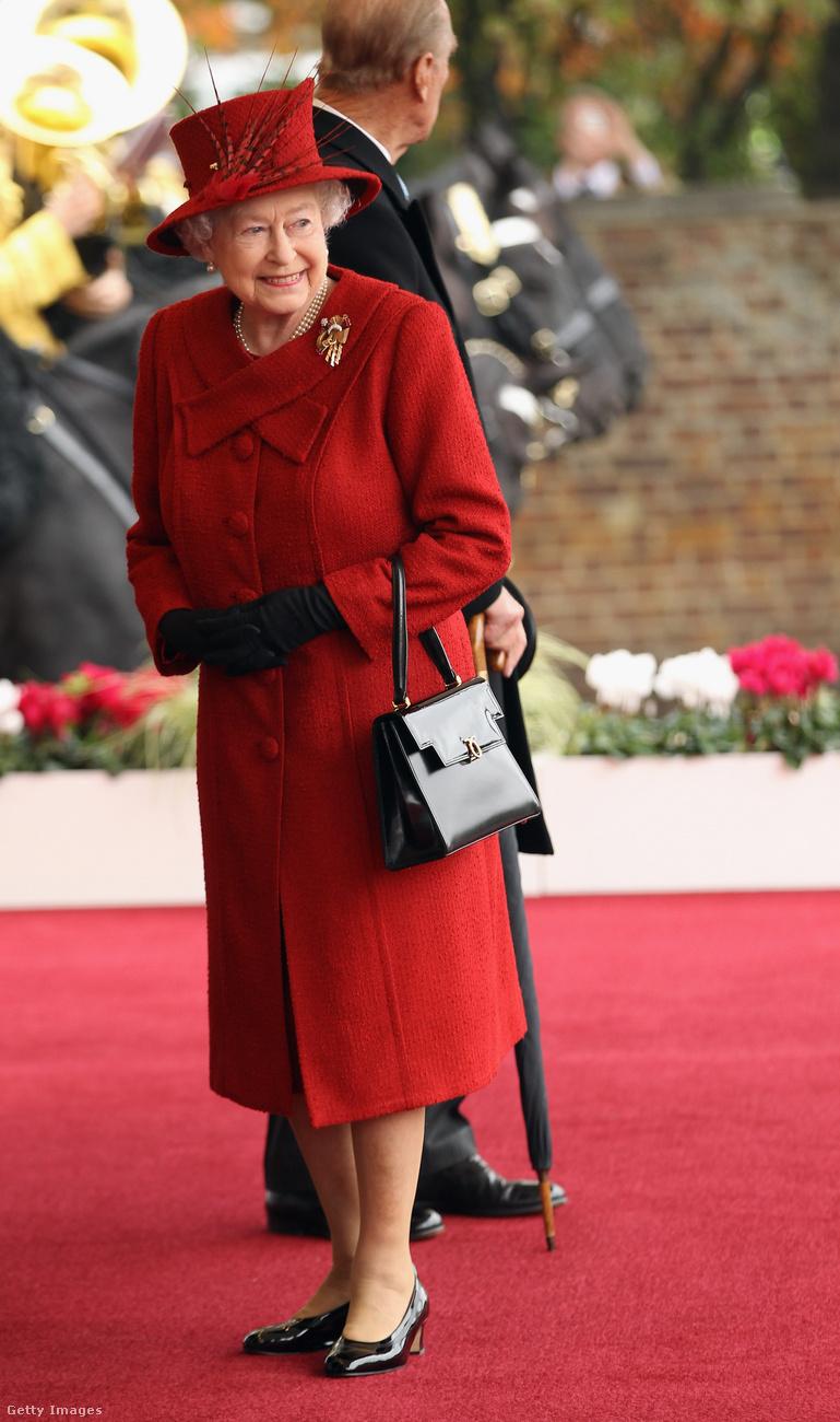 A királynő a táskájával üzeneteket küldd az embereinek