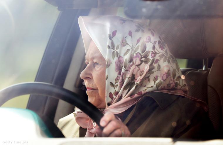 A királynő jogosítvány nélkül is vezethet, sőt nem kell a KRESZ-szabályokat és törvényeket betartania, mint a brit állampolgároknak.