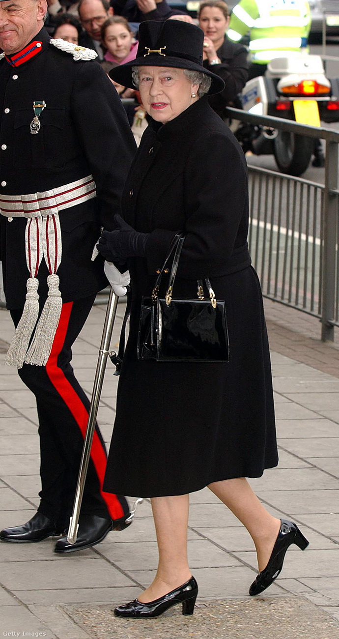 Külföldre utazáskor a királyi család minden tagjának csomagolnia kell egy teljes fekete ruha szettet