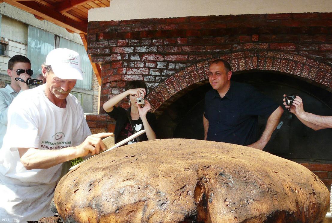 A világ legnagyobb 107 kilós székely pityókás (krumplis) kenyerét sütötte meg a Sepsiszentgyörgyön rendezett Szent György-napokon Diószegi László helybéli pékmester (j) 2012. április 28-án