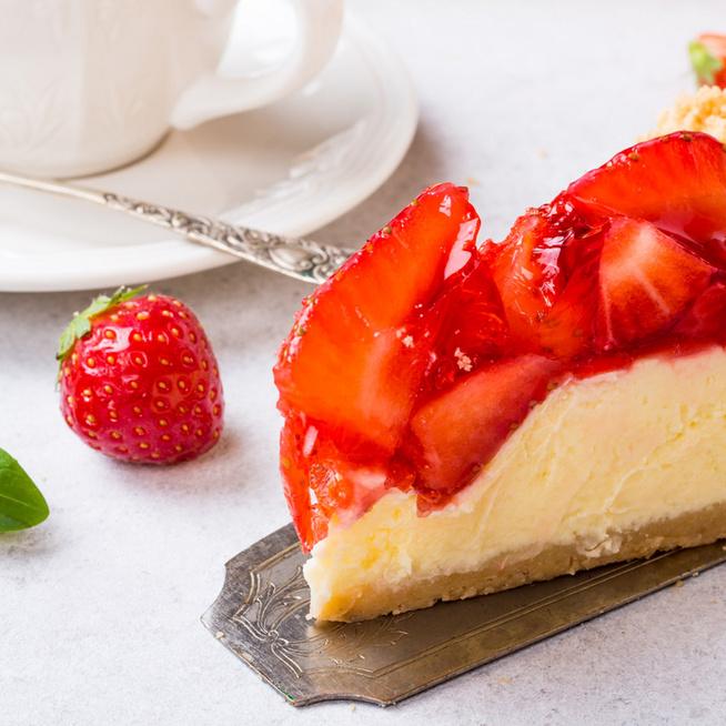 Mennyei, epres sajttorta sütés nélkül: lágy krém terül el a kekszalapon