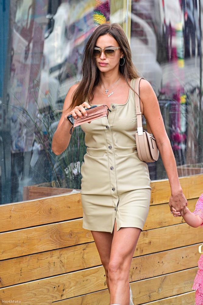 A 35 éves modell és Bradley Cooper kislánya, a fotón pont nem látható Lea De Seine már négy éves, ő fogja itt anyukája kezét