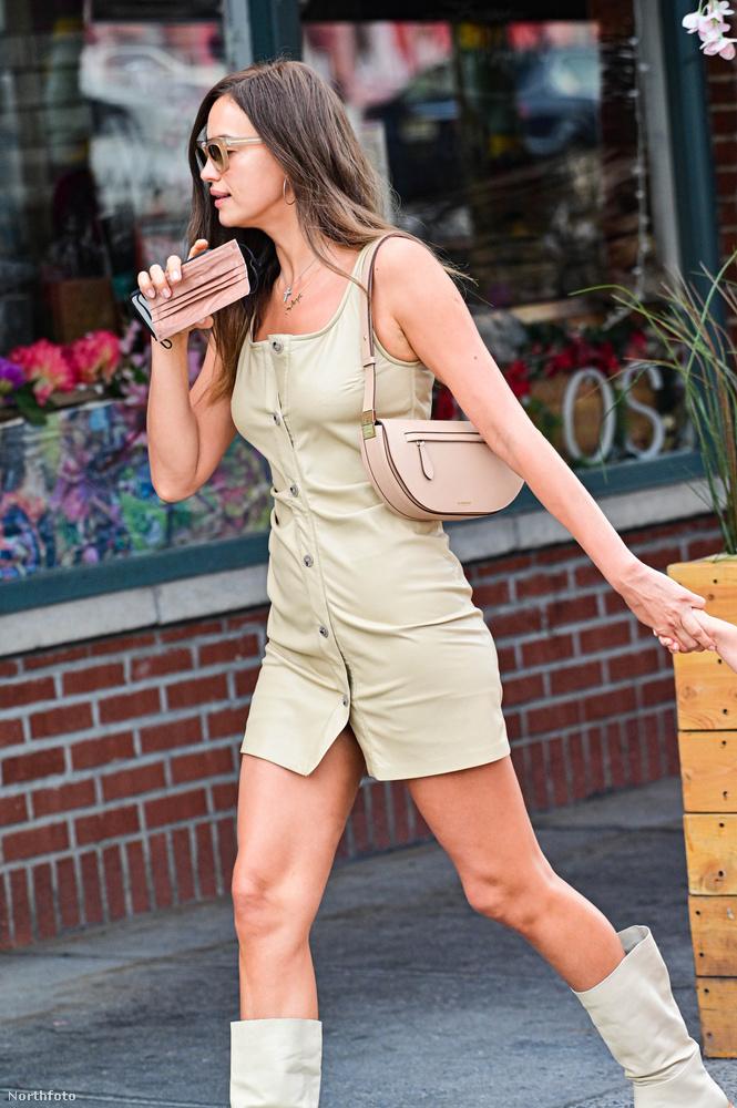 Irina Shayk ezen a napon egy bézs színű bőrminiben rótta a város utcáit, passzoló árnyalatban választott hozzá csizmát