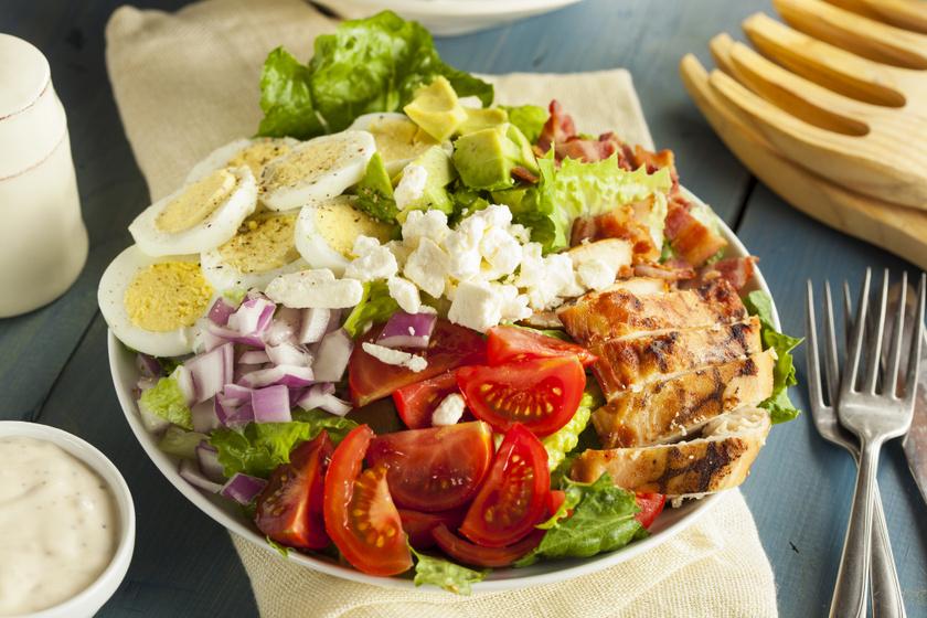 Szuperegészséges és nagyon laktató Cobb-saláta: ezt diéta alatt is büntetlenül eheted