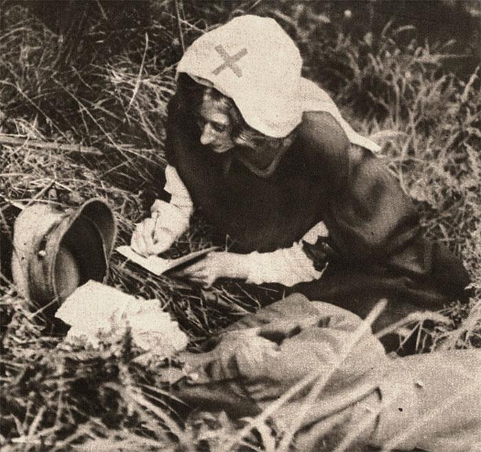 A Vöröskereszt ápolónője egy halálosan megsebesült katona utolsó szavait írja 1917 körül.