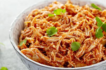 Szereted a pulled porkot? Készítsd el csirkéből, házi BBQ-szósszal összeforgatva