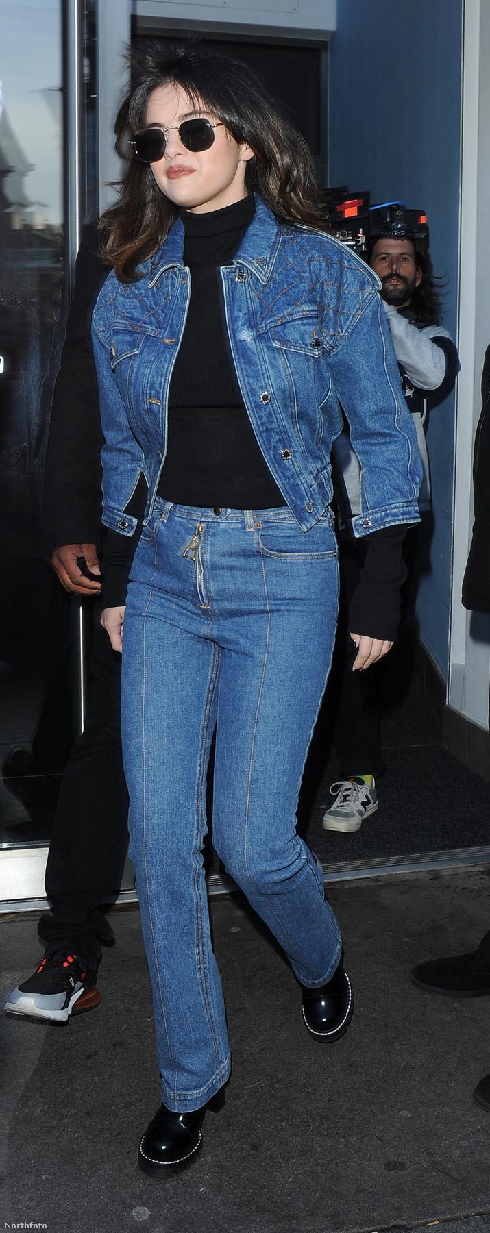 Ez a fotó például 2019-ben készült, amikor Selena Gomez fekete kiegészítőkkel kombinálta a farmert