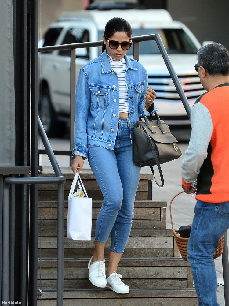 Így tett például Freida Pinto színésznő is 2020 januárjában: fehér a farmering alatti felsője, fehér a táskája, fehér a cipője is.