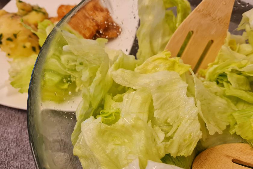 Mamaféle ecetes saláta sültek mellé: így készítve nem esnek össze a levelek