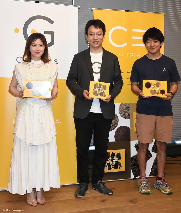 Az egész történet a termékbemutató sajtótájékoztatók szokásos, unalmas módján zajlott: felkérték rá Mijazava Emma színésznőt, Vatanabe Takahitót (a Gryllus vezérigazgatóját) és Sinohara Juta séfet, hogy a lehető leglelkesebben tartsák fel a fotósoknak a kekszféleségeket.