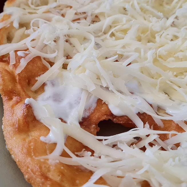 Mamaféle kefires lángos: a tészta napokig eláll a hűtőben