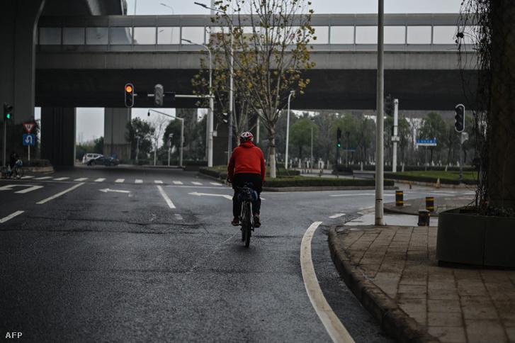 Egy férfi kerékpározik Vuhanban 2021. január 21-én