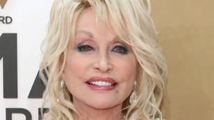 Dolly Parton elárulta, miért alszik minden este sminkben