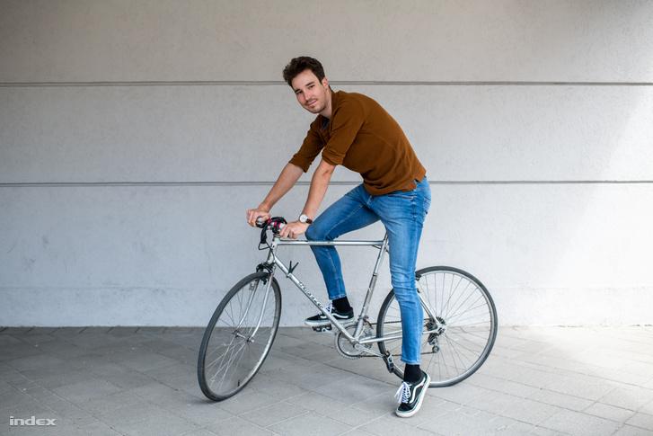 Dina Márton kerékpárral érkezett az Indexbe