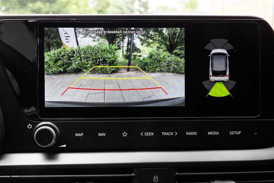 Hasznos tartozék a tolatókamera, amely minden turbómotoros Bayonban alaptartozék a 20 centis érintőképernyővel együtt