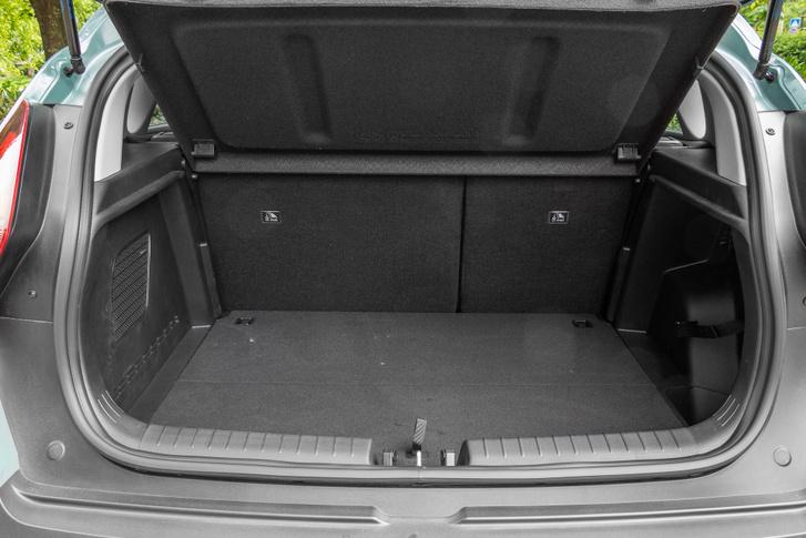 Ha alsó szintre süllyesztjük a padlót, egybefüggő 401 literes csomagtartót kapunk. Ez nagyobb, mint sok kompakt típusé, ám egyes kis SUV-ok még ennél is többet kínálnak
