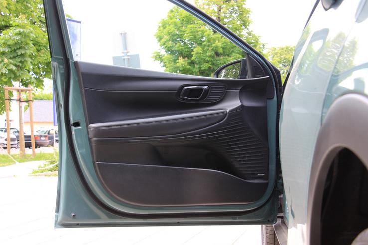 Kissé komor, kemény műanyagok borítják az ajtót, csak a könyöklő puha. A Bose hangrendszer feláras extra