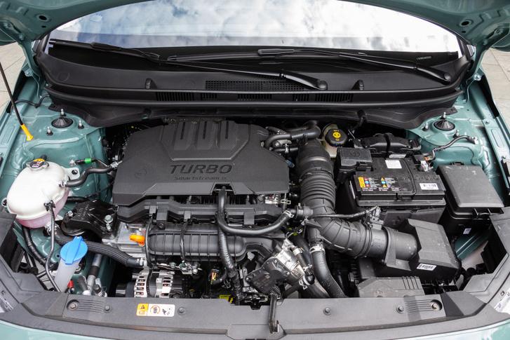 Jóval kisebb fordulatról húz a 100 lóerős, egyliteres, háromhengeres turbómotor, mint az 1,2 literes, négyhengeres szívó. Utóbbi viszont nem morog