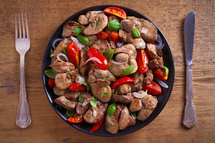 Fűszeres csirkemáj paradicsommal és sok hagymával sütve: finom szaftos és nagyon puha