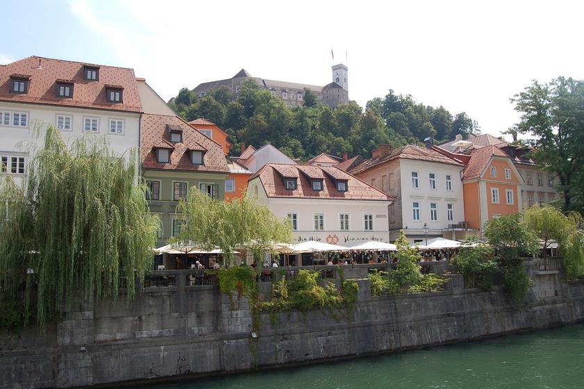 Az óváros fölé magasodik a ljubljanai vár, amit érdemes meglátogatni a városnéző túra során.