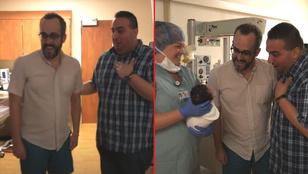 Egy melegpár publikálta a videót a pillanatról, amikor először kezükbe vehették újszülött lányukat