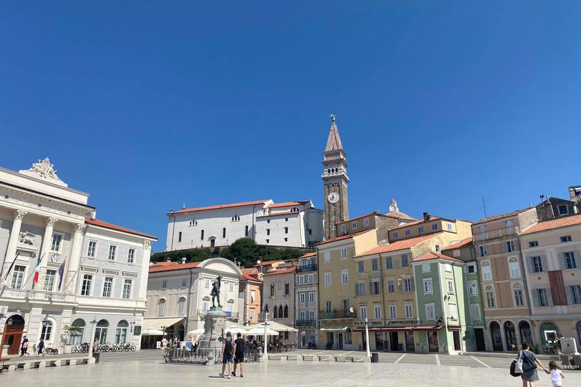 Piran főtere, a Tartini tér, mögötte a Szent György templom.