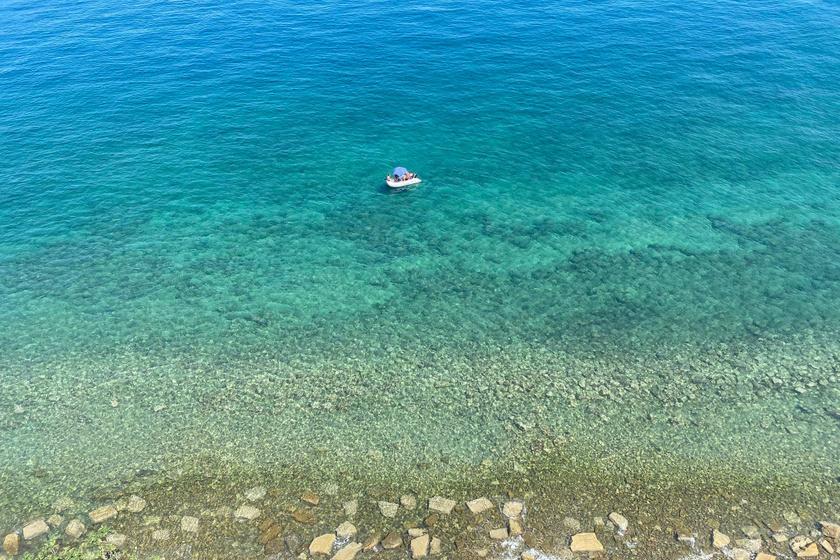 Csodaszép színekben úszó tenger Pirannál.