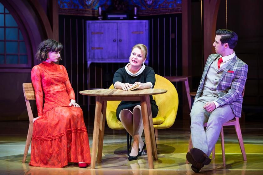 Rudolf Szonja Lenke, Hegyi Barbara Marosiné és Ertl Zsombor Bertalan szerepében Molnár Ferenc A doktor úr című vígjátékában, amelyet 2020. február 29-én mutattak be a Vígszínházban.