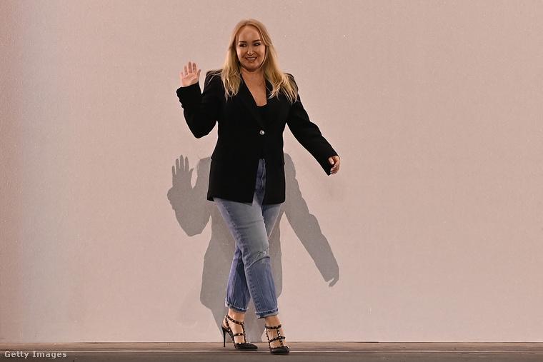 Végül pillantsunk rá mindezen ruhadarabok megálmodójára, Leah Maddenre is: neki köszönhetjük az iménti látványokat.