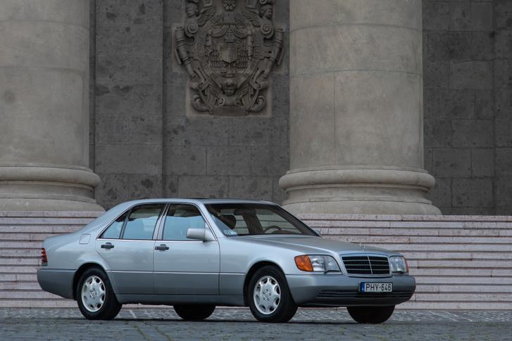 Természetesen a pápa kapott egy különleges, reprezentációs 140-est, és mitagadás, bíborosi limuzinként ma is adná
