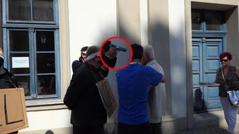 Vádemelés az ellentüntető ellen, aki gázpisztolyt vett elő Dobrev Klára kampányeseményén