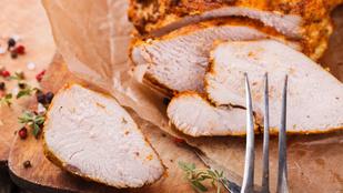 Pulykamell pastrami stílusban – kevés kalória és egy adag fűszeres hússzelet lesz a végeredmény