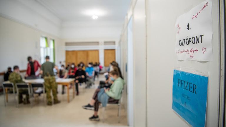 Kevesebb mint hétszáz koronavírusos beteget ápolnak kórházban