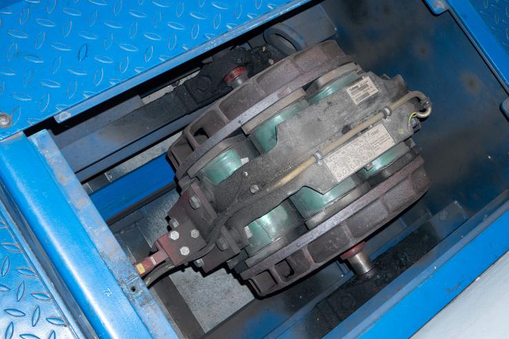 Ez az örvényáramú fék. Valójában teherautók retardereként (lassítófék) használták ezt a típust